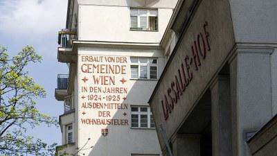 """""""Erbaut aus den Mitteln der Wohnbausteuern"""" – Diese Aufschrift prangt auf allen Gemeindebauten des Roten Wiens."""