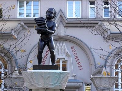 """Auf dem Weg zum """"Neuen Menschen"""". Brunnenfigur vor der Städtischen Bücherei im Sandleitenhof (1924-1928)"""