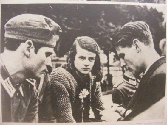 Portrait de groupes de trois membres de La Rose Blanche, mouvement de résistance composé entre autres de jeunes étudiants allemands