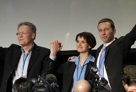 Konrad Adam, Frauke Petry et Bernd Lucke, regardent leurs soutiens le jour de la création de l'AfD, souriants et se tenant par la main ou par l'épaule pour souligner leur complicité