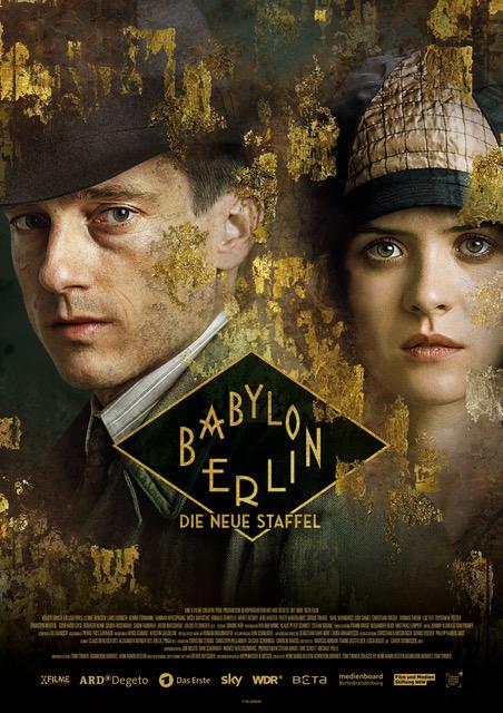 Affiche annonçant la saison 3 de la série à succès Babylon Berlin et montrant les deux personnages principaux Gereon Rath et Charlotte Ritter l'air sérieux, le regard plongé dans les yeux du spectateur, le visage encadré de traces d'or évoquant quelque peu Klimt