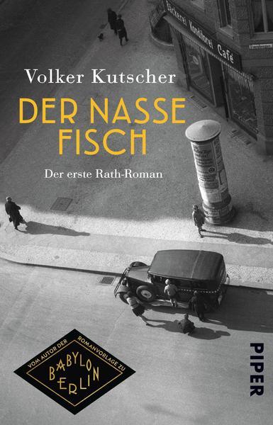 Couverture du roman Der nasse Fisch de Volker Kutscher qui a servi de fil conducteur à la série Babylon Berlin. Vue du ciel d'une rue berlinoise des années 20 avec une voiture et une colonne d'affichage, quelques passants