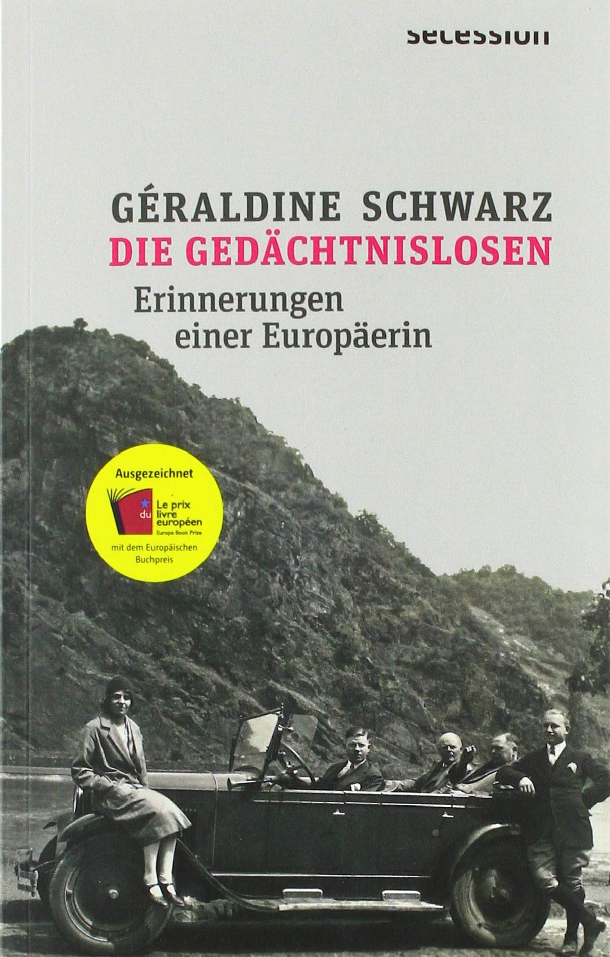 Couverture du livre Die Gedächtnislosen de Géraldine Schwarz. Photo en noir et blanc ancienne, sans doute des années 30, montrant 5 personnes dont une femme regroupées autour d'une voiture.