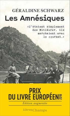couverture du livre les Amnésiques de Geraldine Schwarz. Photo en noir et blanc ancienne, sans doute des années 1930, avec 5 personnes dont une femme, regroupés autour d'une voiture