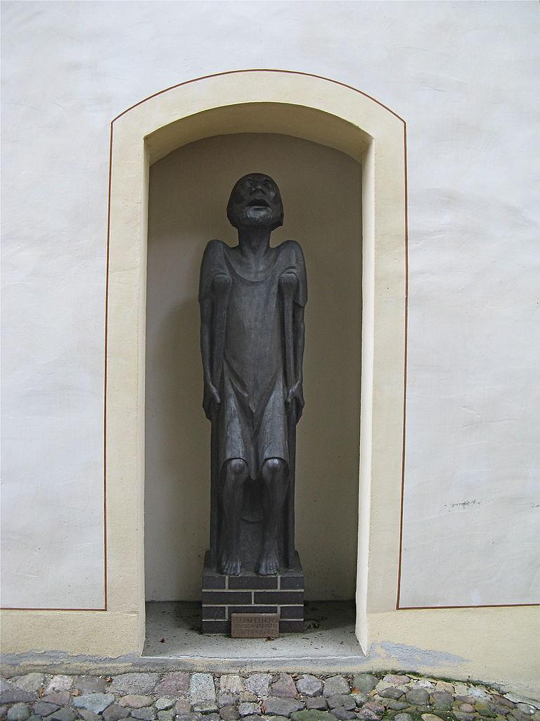 """statue d'Ernst Barlach """"le mendiant avec béquilles"""""""