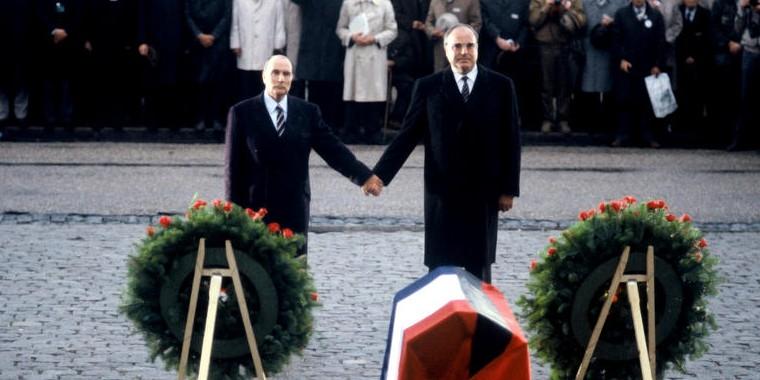 Photographie très célèbre de François Mitterand et Helmut Kohl main dans la main devant l'ossuaire de Douaumont en 1984