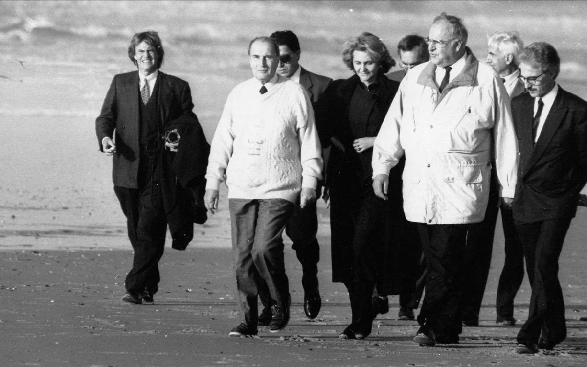Mitterrand et Kohl entourés de conseillers et de journalistes sur une plage landaise en janvier 1990