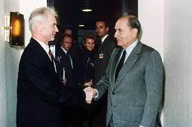 François Mitterrand en visite à Berlin-Est en décembre 1989 serre la main de Hans Modrow, alors Ministre-Président de RDA