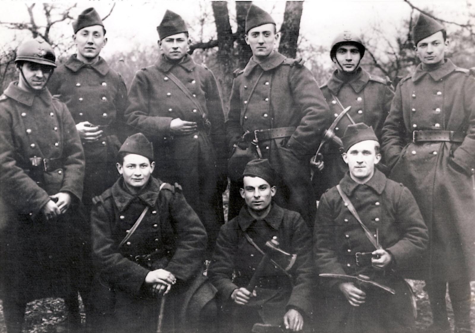 Photo de François Mitterand jeune soldat en 1940, avec huit de ses camarades.