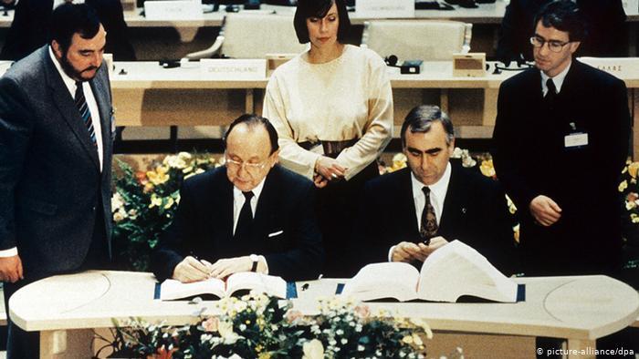 signature du traité de Maastricht par les ministres allemands Hans-Dietrich Genscher et Theo Waigel
