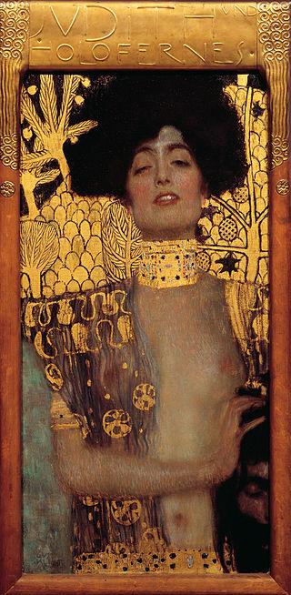 Sur un fond d'or, une femme brune aux seins nus peinte de façon très réaliste, tient dans sa main la tête d'un homme décapité. Elle penche la tête de plaisir et nous regarde, les yeux mis-clos.
