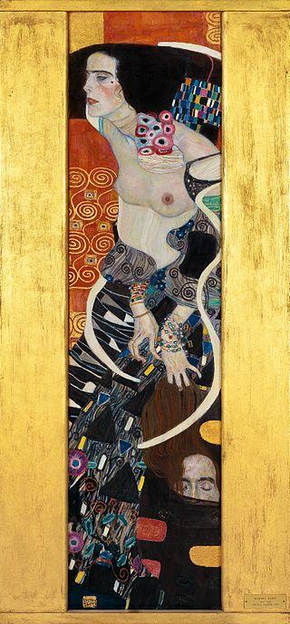 Une femme brune aux joues très rouges se tient de profil, les seins nus et les épaules recourbées vers l'avant. De sa main crochue, elle tient la tête coupée d'un homme. Ses vêtements sont décorés de motifs géométriques très colorés et ondulent autour de ses bras.