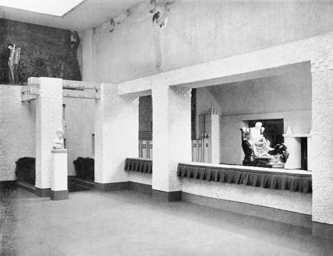 Cette photo de la salle d'exposition montre un espace carré, aéré. La lumière descent du plafond. Au fond, on observe la sculpture de Max Klinger, au premier plan, un peu en auteur, la frise de Klimt. Les deux salles communiquent par une grande ouverture.
