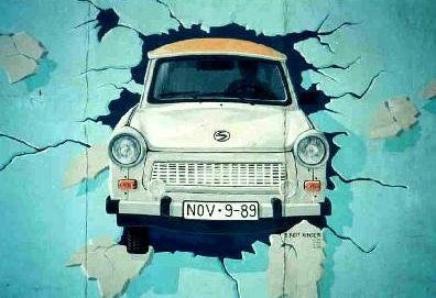 Trabant traversant le Mur de Berlin