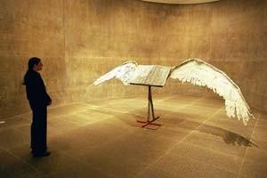 livre ailé, oeuvre du sculpteur allemand Anselm Kiefer