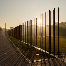 Photo du mémorial du mur Bernauerstrasse avec des barreaux symbolisant le mur