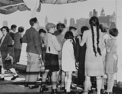Groupe d'enfants réfugiés juifs allemands arrivant à New-York sur le SS President Harding et contemplant la skyline new-yorkaise