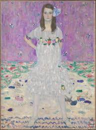 Auf dem Bild steht ein kleines Mädchen im weißen Kleid mit Blumenmuster. Sie sieht sehr selbstsicher aber ein Bisschen träumerisch aus.Sie hält die Faust an der Hüfte ud schaut direkt auf dem Zuschauer. Die Farben sind sehr blaß, vor Allem lila. Die Muster verschwimmen ineinander.