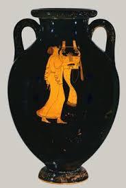 Sur ce vase noir grec, une femme de profil joue de la harpe. Elle est entièrement en ocre, très simple.