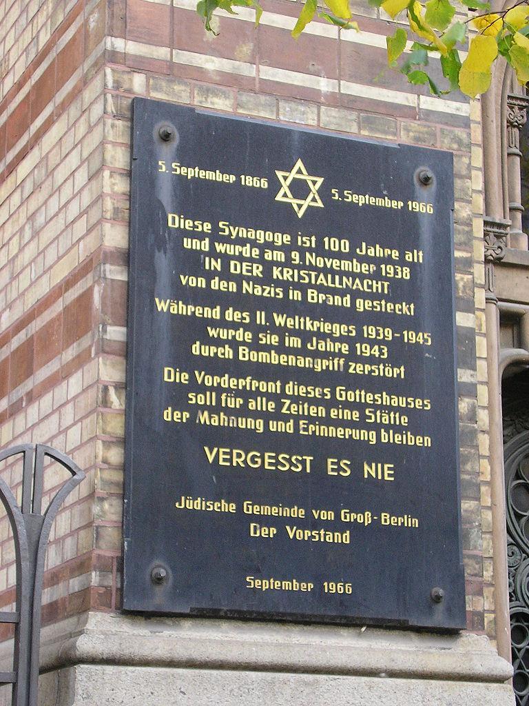 plaque commémorative de 1966 apposée sur la façade de la nouvelle synagogue à Berlin, rappelant la nuit de cristal en 1938 et la destruction de la synagogue lors des bombardements en 1943.