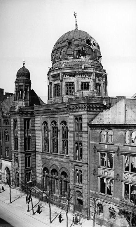 Nouvelle synagogue à Berlin, Oranienburger Strasse, en ruine. Photo datant de 1948