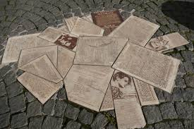 monument commémoratif à l'Université de Munich en l'honneur de la Rose Blanche. Plaque représentant des tracts éparpillés sur le sol