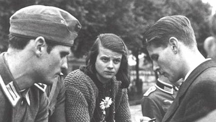 Photo représentant Hans et Sophie Scholl et Christoph Probst membres de la Rose Blanche. Ils attendent le train qui va emmener les deux jeunes étudiants sur le front est