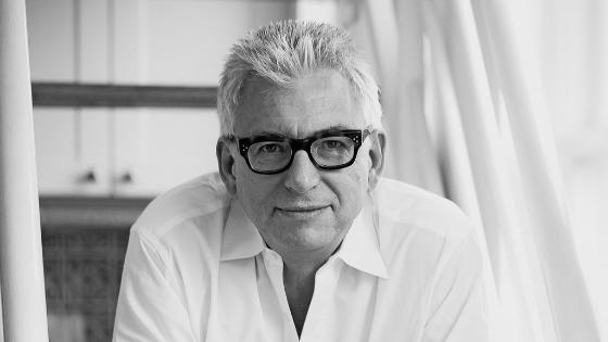 photographie en noir et blanc de face de l'auteur Stephan Wackwitz