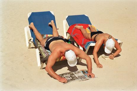 Espagne. Majorque. Magaluf. Bain de soleil et lecture sur la plage. 2003 © Martin Parr / Magnum Photos