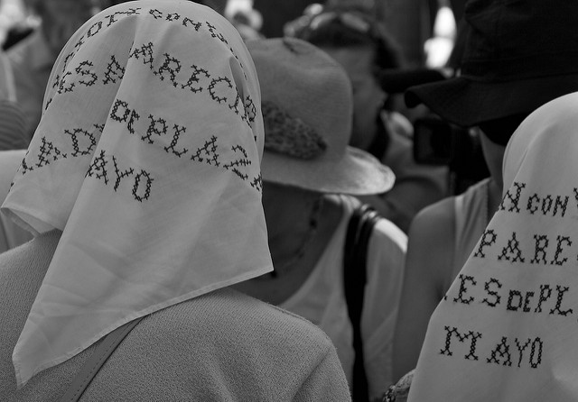 Madres de la Plaza de Mayo por Lisa De Vreede. Flickr, Licence Creative Commons.