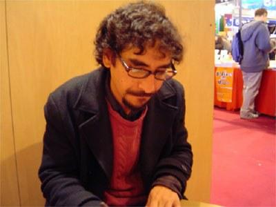 Fabrizio Mejía firmando su libro en el Salón en París