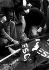 Gli-striscioni-dei-manifestanti-coprono-il-corpo-di-una-delle-vittime_h_partb.jpg
